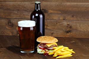 Фото Натюрморт Пиво Гамбургер Картофель фри Доски Бутылки Стакана Пена Еда