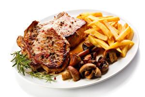 Обои для рабочего стола Вторые блюда Мясные продукты Картофель фри Грибы Белым фоном Тарелка Продукты питания