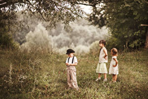 Обои Три Мальчик Девочка Трава ребёнок