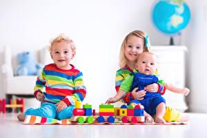 Обои для рабочего стола Игрушка Три Девочки Мальчик Младенец Улыбка Дети