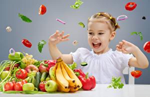Фотографии Овощи Фрукты Бананы Помидоры Яблоки Девочки Счастье Дети
