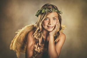 Фотография Ангелы Девочки Смотрит Венок Ребёнок