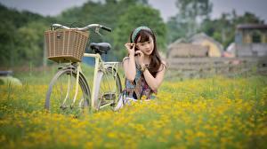 Фотография Азиаты Поля Велосипед Корзина Девушки