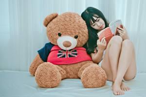 Фото Азиаты Плюшевый мишка Ноги Книга Девушки