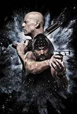 Картинки Брюс Уиллис Мужчины Пистолеты Его собачье дело Лысый 2 Jason Momoa Кино Знаменитости