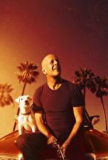 Фотографии Bruce Willis Мужчины Пистолеты Его собачье дело Лысый Фильмы Знаменитости