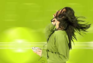 Картинки Цветной фон Брюнеток Волосы В наушниках молодая женщина