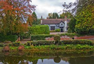 Картинки Англия Дома Пруд Забора Кусты Gawsworth Cheshire Природа