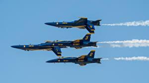 Обои Самолеты Истребители Втроем Летящий Blue Angels Double Farvel FA-18