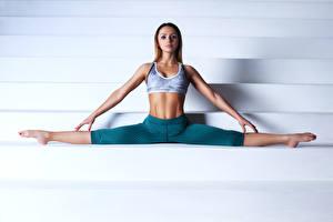 Картинки Фитнес Ног Тренировка Рука Шпагат молодая женщина Спорт