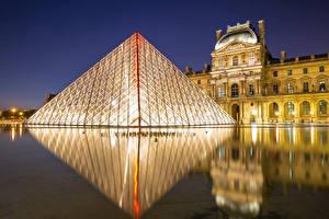 Картинка Франция Здания Париж Пирамида Ночные Отражение Музей Louvre museum