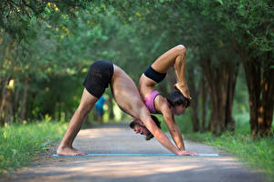 Картинки Гимнастика Мужчины Физические упражнения Двое Ноги Руки Спорт Девушки