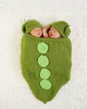 Картинки Младенцы 2 Шапка Спят