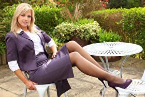 Фото Дженни Грегг Сидящие Блондинка Ноги Юбка Смотрит Девушки