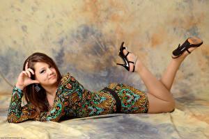 Картинки Kleofia model Шатенка Улыбка Платье Ноги Туфли Девушки