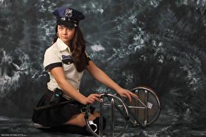 Обои Kleofia model Шатенка Униформа Полицейские Смотрит Девушки