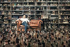 Фотография Мужчины Много Алкогольные напитки Диван Бутылка degustator