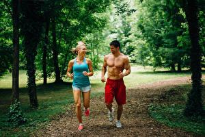 Картинка Мужчины Двое Бег Тренируется Улыбка Майки Спорт Девушки