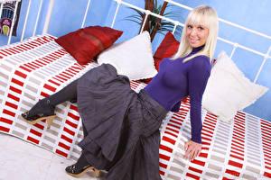Картинка Natalie Blond Блондинки Сидящие Юбка Улыбается