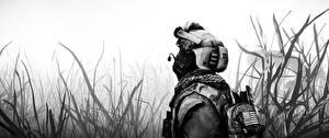Картинки Солдаты Военная каска Battlefield 4 Американские Черно белое Трава Игры 3D_Графика
