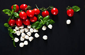 Фото Томаты Сыры На черном фоне Пища