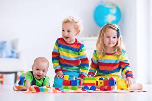 Картинка Игрушка Трое 3 Девочки Мальчишки Младенцы Счастье ребёнок