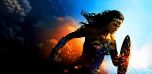 Обои Чудо-женщина герой Чудо-женщина (фильм) Галь Гадот Щит Фильмы Девушки Знаменитости картинки