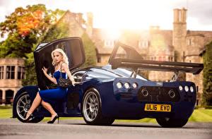 Фотографии Синих Металлик Блондинок Сидя Ноги Платья 2015-17 Ultima Evolution Coupe Автомобили Девушки