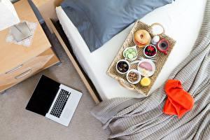 Фотографии Кровать Завтрак Ноутбуки Пища