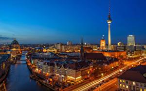 Картинка Берлин Германия Здания Речка Дороги Ночные