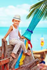 Фотография Мальчики Шляпа Сидящие Майка Ребёнок