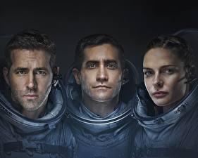 Обои для рабочего стола Астронавт Райан Рейнольдс Трое 3 Life 2017, Jake Gyllenhaal, Rebecca Ferguson кино Знаменитости Девушки