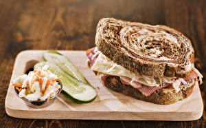 Картинка Фастфуд Бутерброды Хлеб Огурцы Сэндвич Разделочная доска Еда