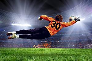 Фото Футбол Мужчины Вратарь в футболе Униформа Прыжок Трава Мяч Стадион