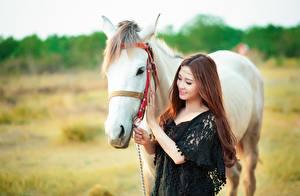 Фото Лошади Шатенка Красивые Улыбка Девушки Животные