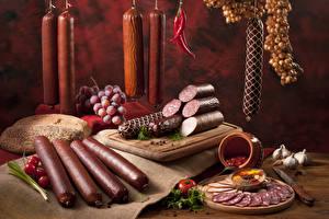 Фотографии Мясные продукты Колбаса Лук репчатый Хлеб Стенка Разделочная доска Пища