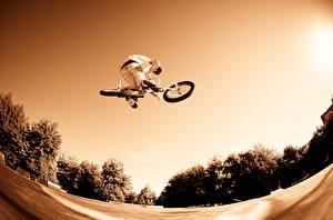 Фотографии Мужчины Велосипеде В прыжке спортивные