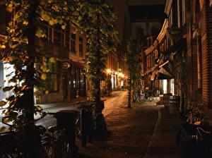 Фотография Нидерланды Дома Улица Ночные Уличные фонари Велосипед Haarlem