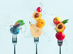Картинка Груши Сливы Персики Абрикос Вилка столовая Брызги Цветной фон