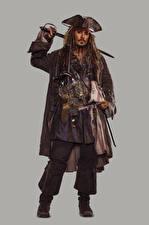 Фотографии Пираты Карибского моря: Мертвецы не рассказывают сказки Джонни Депп Пираты Мужчины Серый фон Кино Знаменитости