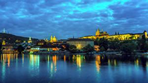 Картинки Прага Чехия Дома Реки Небо Вечер