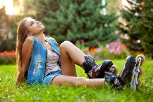 Фотографии Роликовые коньки Русые Сидящие Улыбка Трава Красивые Девушки