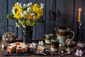 Обои для рабочего стола Натюрморт Букеты Нарциссы Торты Свечи Доски Чашка Еда