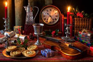 Картинки Натюрморт Часы Печенье Вино Свечи Скрипки Кувшин Бокалы Книга Подарки Пища
