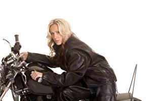 Обои Белый фон Блондинка Мотоциклист Куртка Взгляд Девушки
