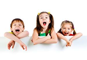 Фотографии Белый фон Трое 3 Мальчишки Девочки Смех Рука Дети