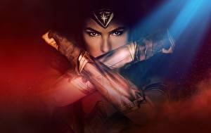 Картинки Чудо-женщина (фильм) Чудо-женщина герой Галь Гадот Взгляд Руки Фильмы Девушки Знаменитости