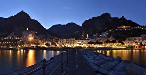 Картинка Амальфи Италия Здания Берег Гора Ночью Забор город