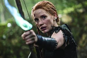 Картинки Лучники Белоснежка и охотник 2 Воины Смотрит Jessica Chastain Кино Девушки Знаменитости