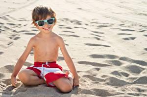 Картинка Пляж Песок Мальчики Очки Улыбка Дети